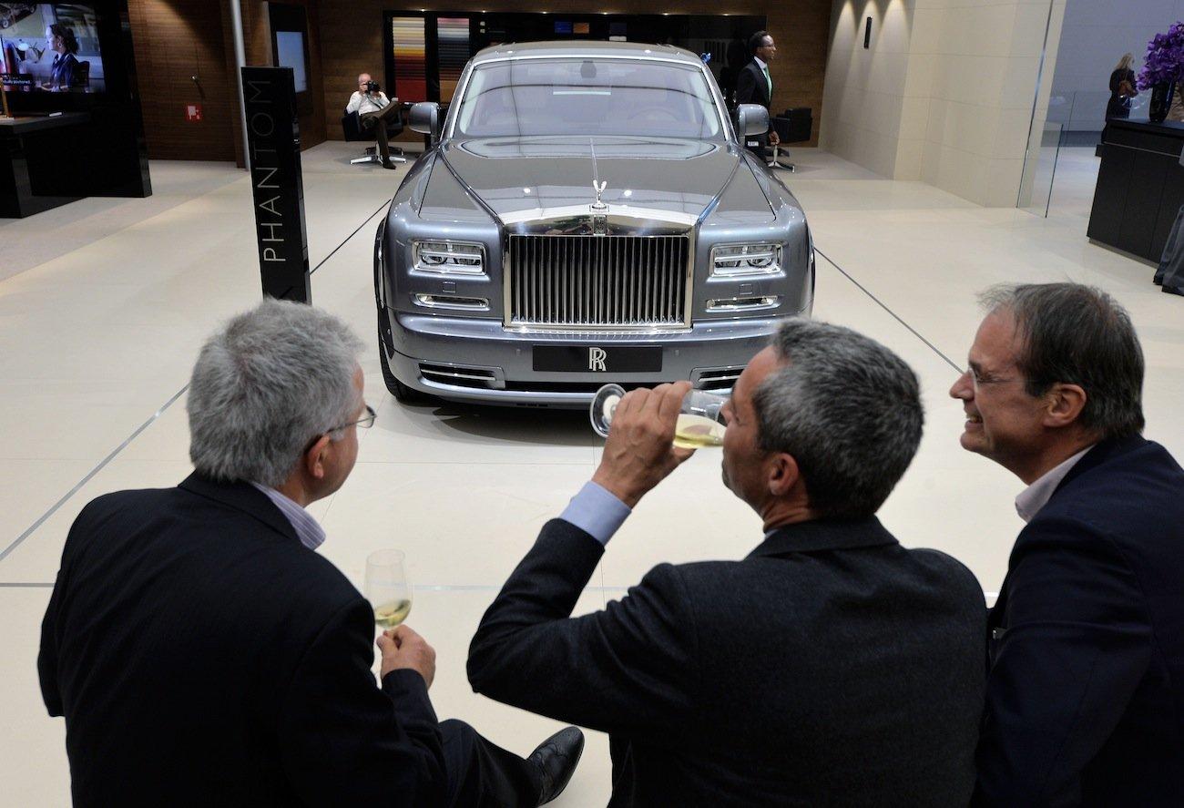 wealthy-champagne-rolls-royce-luxury